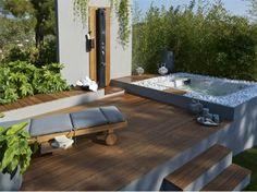 une terrasse en bois avec jaccuzi