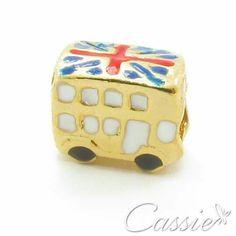 Charm Londres folheado a ouro com garantia.  Confira os outros modelos www.cassie.com.br  ▃▃▃▃▃▃▃▃▃▃▃▃▃▃▃▃▃▃▃▃▃▃▃▃▃▃▃ #Cassie #semijoias #acessórios #folheadoaouro #folheado #love #instasemijoias #instajoias #fashion #lookdodia #dourado #tendências #banhadoaouro #Charm #berloques #pingentes #Charms