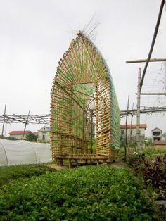 Para ajudar a promover hábitos sustentáveis no Vietnã, a 1+1>2International Architecture Company, um escritório de arquitetura londrino, em parceria com a ONG Action For the City, criou uma estufa com materiais de baixo custo, mais precisamente bambu e mais de 2 mil garrafas PET. A estrutura mede 6x3,6 metros quadrados e além de reap...