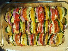 Una teglia di verdure estive al forno come contorno per i vostri pasti nella…