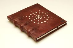 Lupus rozměr: 170x165x17mm rozsah: 118 stran pokryv: fialovo-hnědá useň, pergamen - useň je patinovaná, má ochrannou vrstvu z pasty s včelím voskem (je možné pokryv ještě dolešťovat..), na přední desce je prorážený motiv hvězdy, jeho podklad tvoří pergamen desky: lepenka, 2mm vazy: bavlna, průměr 6mm listy knižního bloku:papír Hahneműhle (s patrným vergé sítem a ...