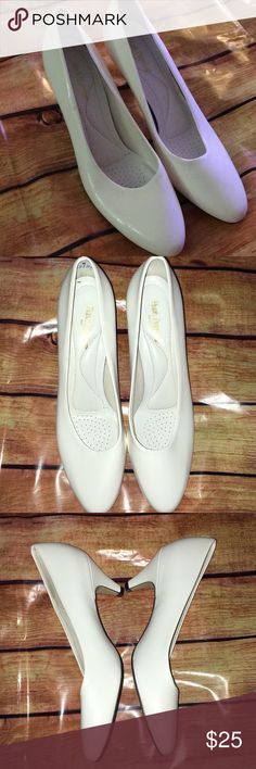 Vintage hush puppies pumps - 7.5 White hush puppy heels .... never worn as you can tell by the photo of the bottoms. Hush Puppies Shoes Heels
