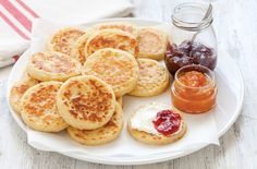 Una ricetta inglese per preparare delle focaccine che si abbinano sia a marmellate e creme dolci sia a formaggi freschi spalmabili.