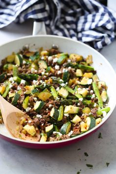 Ground Beef Veggie Skillet - This Ground Beef Veggie Skillet is made with onions, bell pepper, zucchini, asparagus and of course ground beef. And it can be ready from start to finish in 30 mins. It's also low-carb and gluten-free. Healthy Beef Recipes, Low Carb Dinner Recipes, High Protein Recipes, Diabetic Recipes, Keto Recipes, Lamb Recipes, Keto Dinner, Turkey Recipes, Soup Recipes