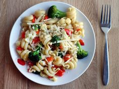 Pasta primavera -- pack in lots of spring vegetables! 80s Food, Pasta Primavera, Vegetable Pasta, Food Photography Tips, Food Hacks, Food Tips, How To Cook Pasta, Entrees, Main Dishes