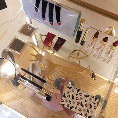Coleção incrível MAC x Charlotte Olympia. Penteadeira muito fofa com os produtos. Vic Ceridono | Dia de Beauté