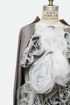 garments, called Living Pod by Montreal fashion designer Ying Gao curl and unfurl in reaction to light. The project is on show at the Musée national des beaux-arts du Québec in Canada, entitled Ying Gao: Art, Fashion and Technology. 3d Fashion, Fashion Details, Womens Fashion, Fashion Design, Fashion Textiles, Fashion Clothes, Editorial Fashion, Ying Gao, Yiqing Yin