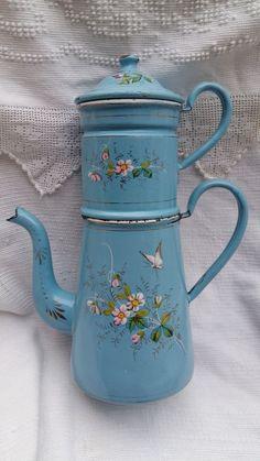 Ancienne cafetière tôle émaillée décor papillon  relief  *enamelware coffee pot*