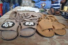 Productos finalizados. Taller de peletería que la Fundación Granjas Carroll imparte en comunidades vulnerables.