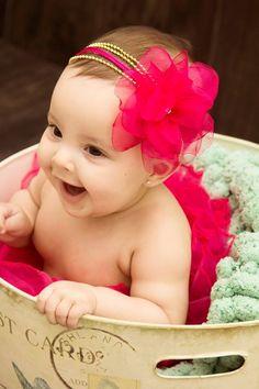 Faixa em cordões de perolazinhas, flor em camadas com aplicação de strass e fitas.  Disponivel nas cores azul marinho,rosa bebe,vermelha,branca e perola.  Ajuste com elastico macio e confortavel na nuca, informe idade da sua princesinha.