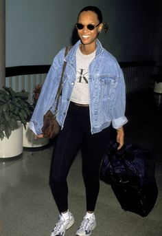 Tyra Banks anos 90 a usar um casaco de denim .