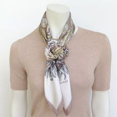 MaiTai's Picture Book: Camélia knot tutorial Ways To Tie Scarves, Short Scarves, How To Wear Scarves, Neck Scarves, Scarf Wearing Styles, Scarf Styles, Hair Styles, Scarf Knots, Diy Scarf