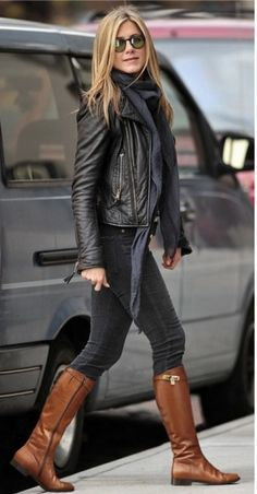 Jennifer Aniston trägt schwarze Leder Bikerjacke, dunkelgraue enge Jeans, rotbraune kniehohe Stiefel aus Lede Buy the look: lookastic. Black Leather Biker Jacket, Leather Jacket Outfits, Outfit Jeans, Leather Boots, Brown Leather, Biker Jacket Outfit Women, Moto Jacket, Jacket Jeans, Street Style