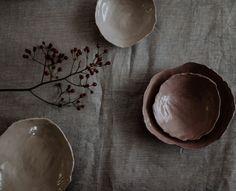 """Christine Mittermayr vom Keramikstudio Textpoterie verarbeitet zweimal im Jahr Porzellanabfall zu Porzellanschalen. """"Abdrehspäne"""", die beim Abdrehen eines Gefäßes auf der Töpferscheibe entstehen, werden wieder aufbereitet und in den Trendfarben des Jahres eingefärbt. Daraus entsteht eine """"limited edition"""", bei der die neue Porzellanmasse auf Leinenjacquards aus dem Mühlviertel modelliert wird. Tableware, Concept, Tablewares, Wedding, Dinnerware, Dishes, Place Settings"""