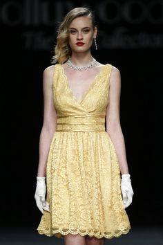 Foto 3 de 27 Vestido corto en amarillo con pronunciado escote en forma de V | HISPABODAS