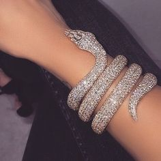 Discovered by Girly Things. Find images and videos about luxury, gold and jewelry on We Heart It - the app to get lost in what you love. Snake Bracelet, Snake Jewelry, Cute Jewelry, Body Jewelry, Jewelry Accessories, Jewellery, Lila Baby, Accesorios Casual, Glitz And Glam