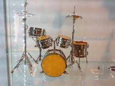 Małe i piękne, bursztynowe instrumenty oprawione w srebro.