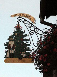 Amalia; este rótulo es perfecto para una tienda de Navidad, ya que refleja el espíritu navideño