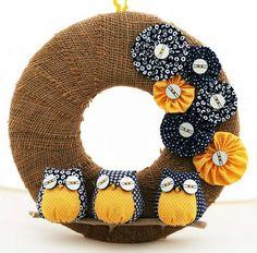 couronne de porte en automne enveloppée de toile de jute et décorée de fleurs et hiboux en tissu bleu et jaune