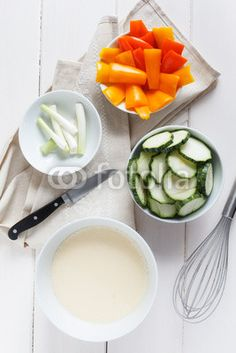 Klein geschnittene Zucchini, Paprika und Frühlingszwiebeln