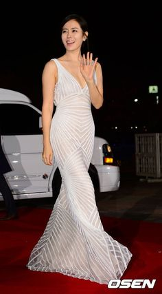 Son Ye-jin (pictured above) and many other actresses on the Red Carpet at the Annual Grand Bell Awards (Daejong Film Awards) which is also known as the Grand Bell Awards. Trendy Dresses, Nice Dresses, Formal Dresses, Dressed To The Nines, Film Awards, Korean Actresses, Korean Celebrities, Red Carpet Dresses, Pakistani Dresses