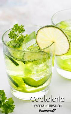 #Coctel En un vaso alto sirve hielos, 1 caballito de vodka, 1 cucharada de azúcar, refresco de lima limón y bastones de pepino sin semillas.