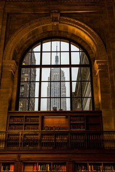Vue sur l' Empire State Building à travers ce vitrail de la Bibliothèque publique de New-York…reépinglé par Maurie Daboux.•*´♥*•❥ڿڰۣ—