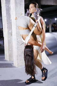 Discover NOWFASHION, the first real time fashion photography magazine to publish exclusive live fashion shows. Get to see the latest fashion runways in streaming! Live Fashion, Paris Fashion, Fashion Show, Denim Vests, Paris Look, Fashion Week 2016, Spring Trends, Spring Summer 2016, Rick Owens