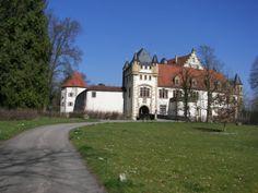 Die Götzenburg Jagsthausen. Die berühmte Burg des Götz von Berlichingen und der idyllisch gelegene Ort Jagsthausen bilden ein romantisches Kleinod in der nahezu unberührten Naturlandschaft des Jagsttals.
