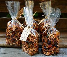 Kryddig granola med kokos | Recept ICA.se Bake Sale Packaging, Cookie Packaging, Food Packaging, Frozen Yogurt Shop, Food Photography Tips, Food Platters, Easy Gifts, Food Gifts, Raw Food Recipes