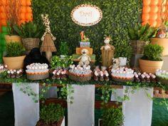 Decoração festa safari com pelúcias enfeitando a mesa