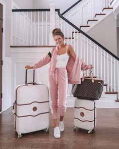 ✌🏼 out, North Carolina! Headed somewhere really exciting for the weekend with (stay tuned to instastories to find out where 😊). Teen Fashion Outfits, Sporty Outfits, Chic Outfits, Airport Outfits, Travel Outfits, Travel Wear, Travel Style, Airplane Outfits, Lounge Outfit