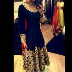 This anarkali looks so rich and looks perfect for a wedding outfit! Anarkali Dress, Red Lehenga, Black Anarkali, Anarkali Suits, Punjabi Suits, Indian Anarkali, Bridal Lehenga, Lehenga Choli, Indian Attire