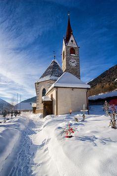 church in winter - Parrocchia Predoi Katholische Kirche in Prettau, BZ, Italien