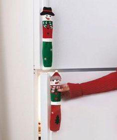 Bring your holiday spirit to the kitchen with these Snowman Appliance Handle Covers! The set of 3 fabric covers will dress your oven and refrigerator handles in cute holiday attire. Christmas Projects, Holiday Crafts, Christmas Holidays, Merry Christmas, Christmas Ornaments, Christmas 2017, 242, Fridge Handle Covers, Diy Weihnachten