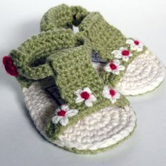 How to make crochet baby slippers and sandal with flowers tutorial Crochet Baby Sandals, Crochet Shoes, Crochet Slippers, Booties Crochet, Crochet Bebe, Knit Or Crochet, Crochet For Kids, Simple Crochet, Häkelanleitung Baby