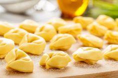 I tortellini sono una ricetta tipica dell'Emilia Romagna, conosciuta ormai in tutto il mondo: una deliziosa pasta sfoglia all'uovo ripiena con un mix di carne, uova e parmigiano. Ecco come prepararli a casa per deliziare i nostri ospiti con un primo piatto dal sapore unico. Bechamel, Tortellini In Brodo, Pasta Recipes, Snack Recipes, Best Italian Recipes, Fresh Pasta, Homemade Pasta, Ravioli, Gnocchi