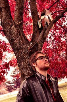 Max Ramirez, un solista de San Vicente, zona sur de Bs.as, venia formando bandas desde hace tiempo hasta que surgio la idea de salir como solista, comenzando a tocar solo con la guitarra hasta formar ahora un grupo para tener shows electicos, freneticos y tmb viajeros.