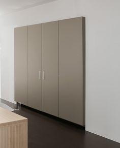 Detrás de las puertas se encuentra el fregadero, la estufa y el horno. Tall Cabinet Storage, Divider, Room, Furniture, Home Decor, Stove, Oven, Vessel Sink, Doors
