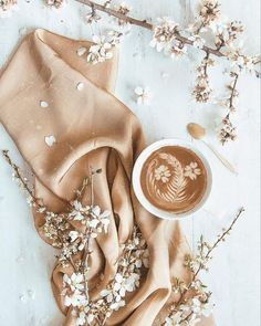 Food Photography 366691594658011970 - Love Maca Chocolate refilling don't you? Flat Lay Photography, Coffee Photography, Food Photography, Photography Flowers, White Photography, Latte Art, Café Chocolate, Pause Café, Brown Aesthetic