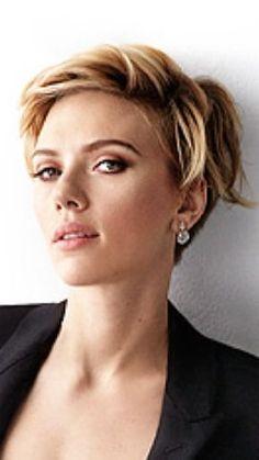 Scarlett Johansson de cabelo curto.