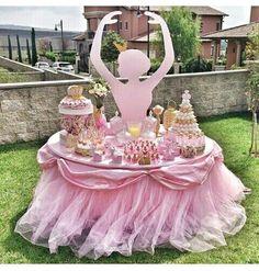 Usa el tul para hacer unas bellas decoraciones de mesa con forma de tutu. Sin duda le añadirá espectacularidad a tu fiesta, sobre todo si a... Ballerina Party, Ballerina Baby Showers, Ballerina Birthday Parties, Princess Birthday, Princess Party, Girl Birthday, Birthday Table, Outdoor Birthday, Birthday Ideas