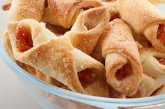 A receita de beliscão de padaria rende aproximadamente 150 porções. Leia mais Receita de bolacha de goiabada light Receita de sonho de goiabada Receita de cheesecake com goiabada Ingredientes Massa • 1 lata de creme de leite • 1 xícara (chá) de açúcar • 3 xícaras e meia (chá) de farinha d Apple And Eve, Cookie Recipes, Snack Recipes, Peach Jam, Caramel Pecan, Whoopie Pies, Biscuit Cookies, Baked Apples, Food Photo