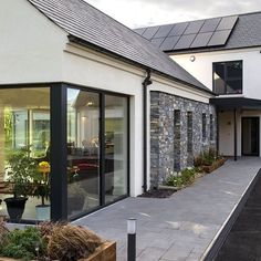 SummerIsland House, Co. Armagh Certified Passive House - A rated for energy efficiency Modern Bungalow Exterior, Bungalow House Design, Bungalow Renovation, Farmhouse Renovation, Building Design, Building A House, House Designs Ireland, Architect House, Facade House