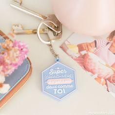 Parce qu'elle est une super grand-mère toujours là pour les câlins, prendre soin de toi et te réconforter.    Offre-lui ce joli porte-clef pour lui rappeler tout ton amour !    Marque : Mr Wonderful.    D: 4,8 x 5,4 cm.       8,50 € http://www.lafolleadresse.com/accessoires/5514-porte-clefs-pour-une-super-grand-mere.html