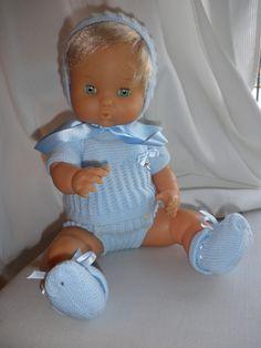 Vestido de celeste que guapo. ¿quieres hacerlo tu igual? Ve a www.maslanitas.com y allí podrás comprar el patrón para hacer este modelo para nenuco y muchos mas. o escribirnos para que  lo confeccionemos del color que desees www.maslanitas.com Baby Doll Clothes, Baby Dolls, Baby Knitting Patterns, Crochet Patterns, Bitty Baby, Baby Born, American Girl, Children, Kids