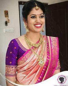 Beautiful Brocade Blouse transformed the plain saree look Wedding Saree Blouse Designs, Pattu Saree Blouse Designs, Blouse Designs Silk, Blouse Patterns, Traditional Blouse Designs, Simple Blouse Designs, Sari Bluse, Indiana, Bridal Sarees