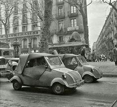 Biscooters a la rambla.1954                                                                                                                                                                                 Más