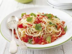 Tomaten-Basilikum-Pasta - smarter - Kalorien: 430 Kcal - Zeit: 20 Min. | eatsmarter.de