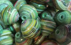 Ensemble de 10 perles de papier.  Les petites perles sont roulées à la main et vernies 3 fois pour une étanchéité maximum.  Dimensions des perles : 10 mm de diamètre pour - 19071215